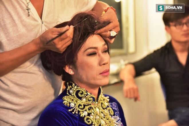 Hoài Linh không bao giờ cho người ta làm mặt mình nếu thùng make-up để dưới đất. Trong ảnh, chuyên gia Phi Phi đang hóa trang cho một vai giả gái của danh hài.