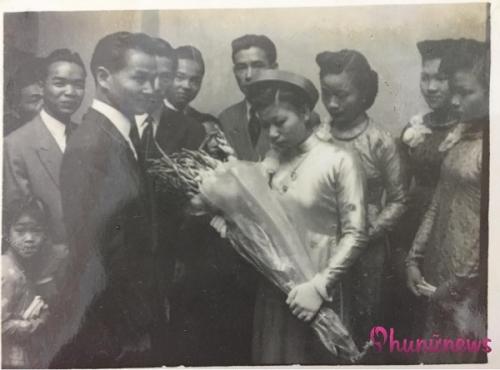 Cô dâu cầm hoa e thẹn trong ngày về nhà chồng.