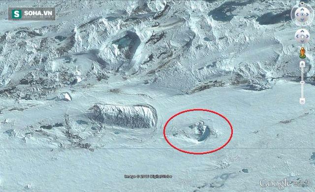 Cấu trúc lạ (khoanh đỏ) được phát hiện bên trên công trình ngầm ở Nam Cực. Ảnh: Google Earth.