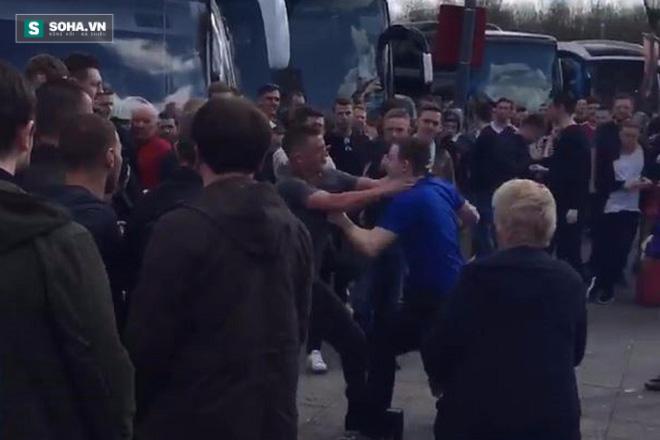 Fan Man United và Everton xô xát trước khi trận đấu diễn ra.
