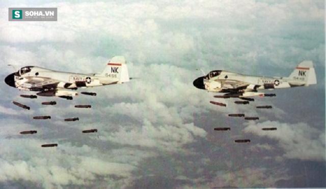 Máy bay Mỹ ném bom ồ ạt xuống đường Trường Sơn