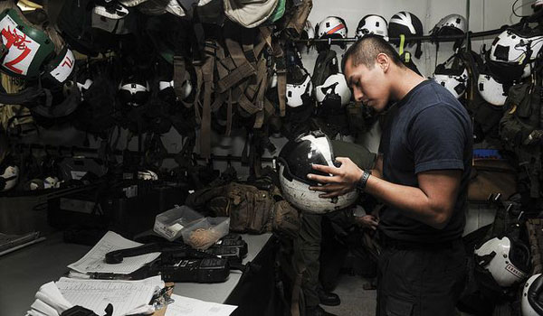Phòng thiết bị bay: Đây là nơi bảo quản các loại mũ bay, quần áo, giày và các thiết bị hỗ trợ khác cho phi công. Khu vực này là nơi chuẩn bị cuối cùng trước khi phi công bước lên máy bay và cất cánh.