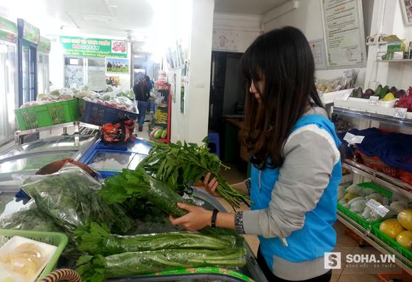 Nắm rau mà bạn gái này đang cầm bên tay phải là một trong những loại rau thơm từ núi rừng không thể thiếu để ăn sống với món bánh tráng.