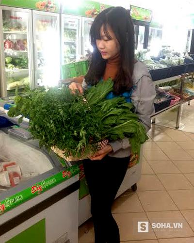 Một người dân Hà Nội đã chọn giỏ quà rau bằng rừng đặc sản để biếu sếp dịp Tết.
