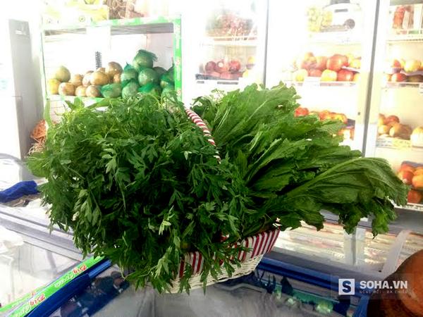Thay vì mua giỏ bánh kẹo, xu hướng năm nay là chọn giỏ rau rừng hiếm, quý như này làm quà Tết.