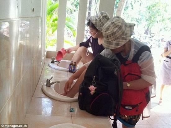 Du khách Trung Quốc vô tư rửa chân trong bồn rửa mặt ở Thái Lan.