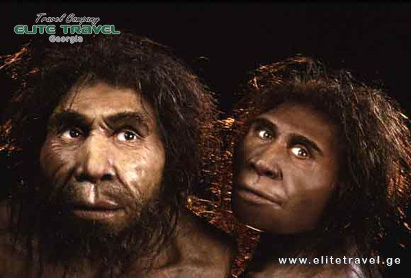 Hộp sọ này mang đặc điểm kết hợp của các hóa thạch loài người tại những thời điểm cách xa nhau: phía mặt sọ lớn, não nhỏ, răng lớn giống như loài người cổ đại, nhưng những nghiên cứu giải phẫu bên trong hộp sọ cho thấy hệ thống thần kinh lại tương tự như loài người đứng thẳng (Homo erectus).