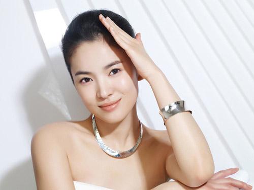 Song Hye Kyo sở hữu vẻ đẹp trong sáng, bờ môi gợi cảm, cùng làn da trắng sứ.