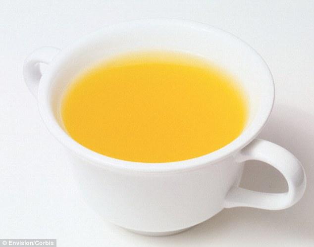 Chuyên gia dinh dưỡng Andrea Moss khuyên mọi người nên ăn súp gà (ảnh) hoặc canh xương ít nhất 3 lần một tuần.