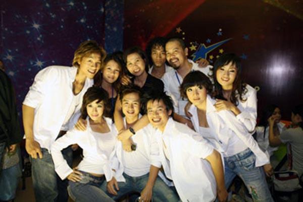 Hình ảnh NSƯT Huyền Thanh và thí sinh Sao Mai điểm hẹn 2006.