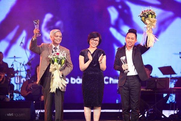 Khoảnh khắc NSƯT Huyền Thanh vui mừng khi ca sĩ Tùng Dương - quán quân Sao Mai điểm hẹn 2004 chiến thắng tại Bài hát yêu thích.