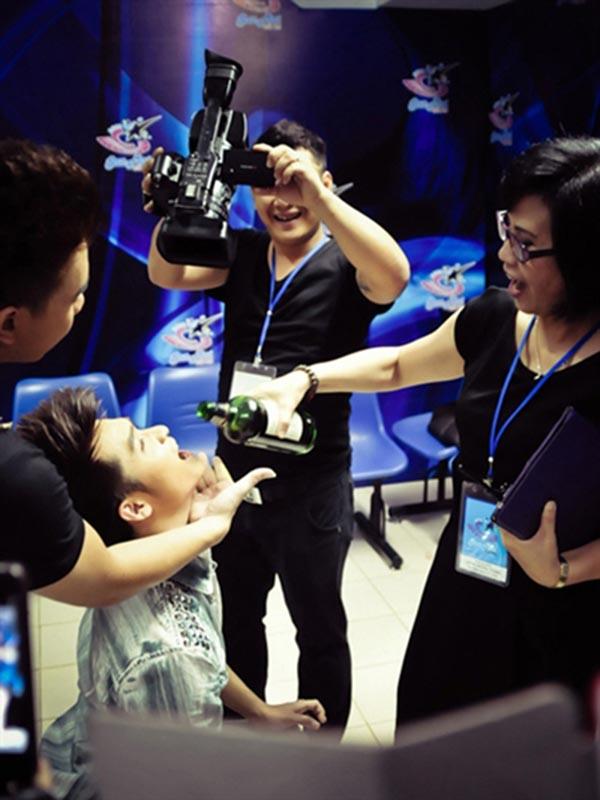 NSƯT Huyền Thanh vui đùa với thí sinh trong hậu trường Sao Mai điểm hẹn 2012.