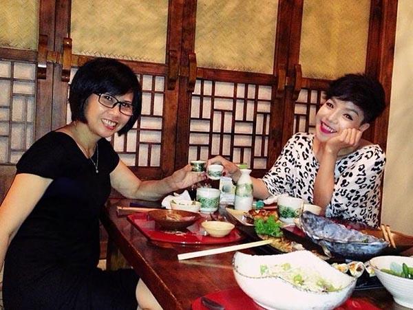 Hình ảnh gần gũi của NSƯT Huyền Thanh và ca sĩ Minh Chuyên - Quán quân Sao Mai điểm hẹn 2010 ngoài đời thường.