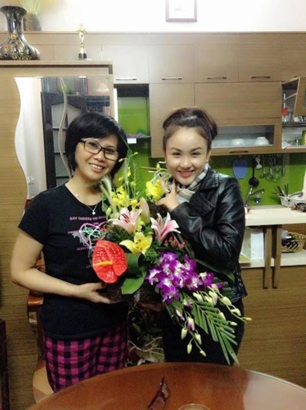 Ngô Thanh Huyền - Quán quân Sao Mai 2013 tặng hoa tri ân NSƯT Huyền Thanh.