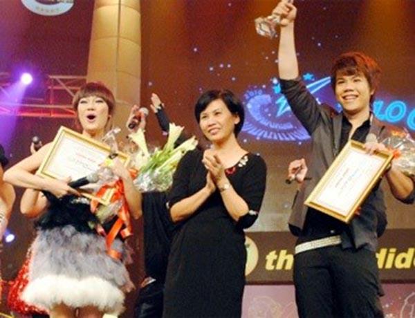 NSƯT Huyền Thanh trao giải Ca sĩ triển vọng tại Sao Mai điểm hẹn 2010 cho: Hà Hoài Thu và Đinh Mạnh Ninh.