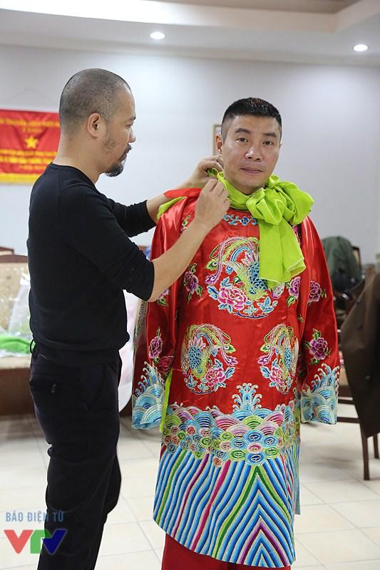 Cả hai chiếc áo đều có những họa tiết đẹp trên cổ áo và thân áo và được thêu hết sức tinh tế.