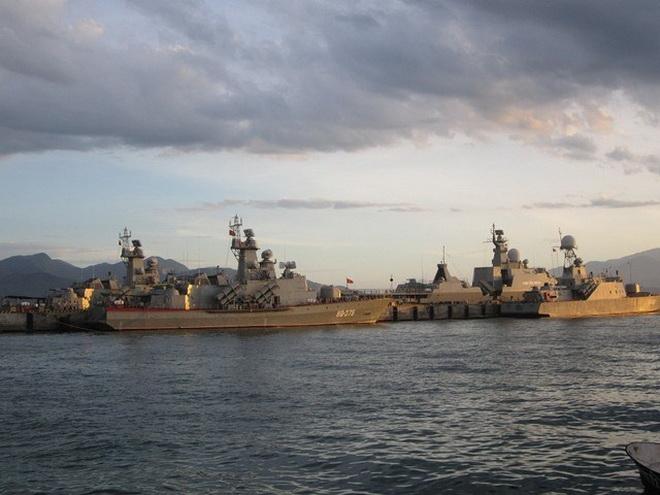 Tàu hộ vệ tên lửa BPS-500 bên cạnh Molniya 1241.8 và Gepard 3.9 tại Quân cảng Cam Ranh. Ảnh: Quân đội nhân dân.