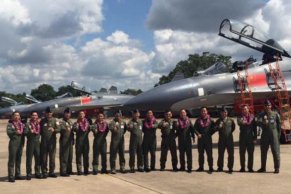 Phi công Trung Quốc và Thái Lan chụp ảnh lưu niệm bên cạnh những chiếc J-11