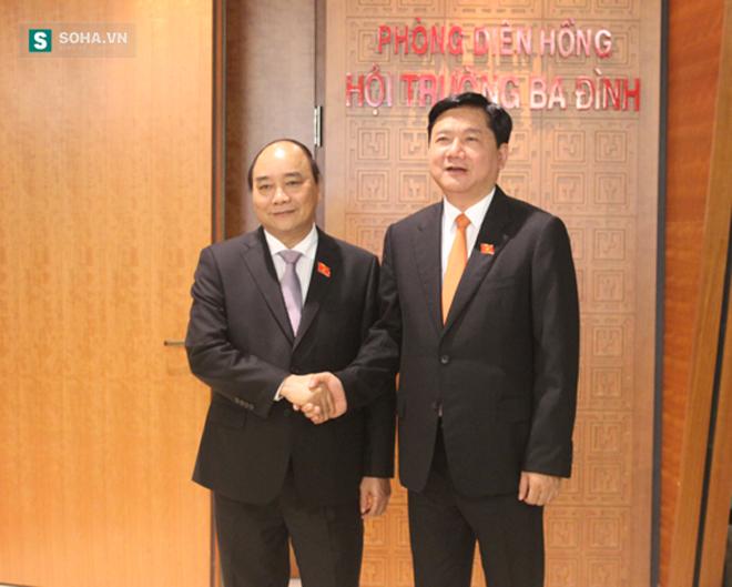 Thủ tướng Nguyễn Xuân Phúc và Bí thư Đinh La Thăng chụp ảnh lưu niệm.