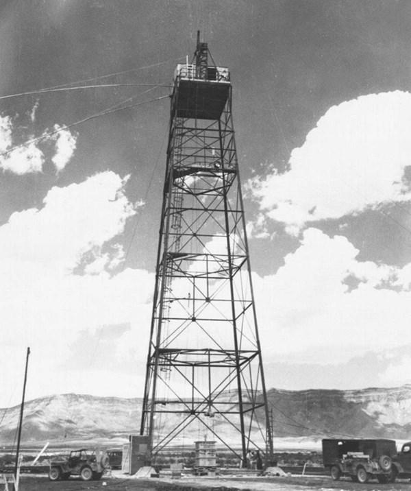 Tháp cao 30m, nơi đặt quả bom The Gadget. Ảnh: Rare History Photos.