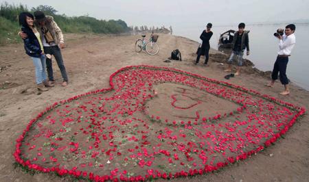 Màn tỏ tình bằng 600 bông hồng được xếp khéo léo