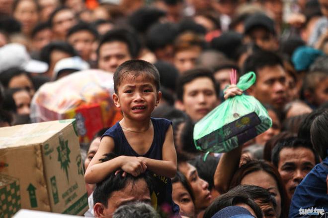 Lượng người dồn về đền Hùng (Phú Thọ) dự giỗ tổ Hùng Vương sáng 16-4 quá lớn nên xảy ra tình trạng chen chúc khiến nhiều người ngất xỉu, trẻ nhỏ khóc thét sợ hãi. Ảnh:Tuổi trẻ