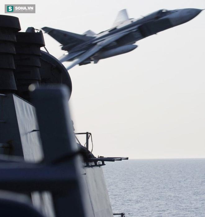 Trong 2 ngày 11 và 12/4, chiến đấu cơ Su-24 không mang vũ khí của Nga đã nhiều lần bay áp sát tàu khu trục USS Donald Cook của Hải quân Mỹ trên biển Baltic ở khoảng cách nguy hiểm.  Một quan chức Mỹ mô tả hành động của máy bay Nga như đang tấn công mô phỏng. Ảnh: Hải quân Mỹ
