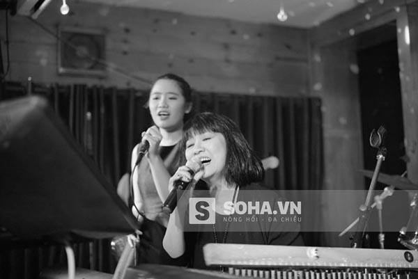 Hiện tại, Vân Khánh vẫn đang nung nấu ước mơ tiếp nối công việc ca hát của bố mẹ.