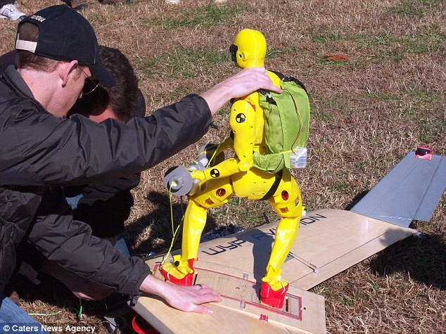 Chuẩn bị cho bay thử nghiệm ván trượt với mô hình người.