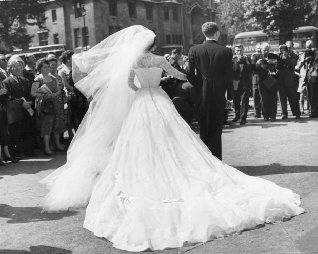 Nữ hoàng Victoria tinh khôi với váy trắng trong ngày cưới.