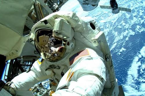 Các phi hành gia làm việc ngoài không gian.