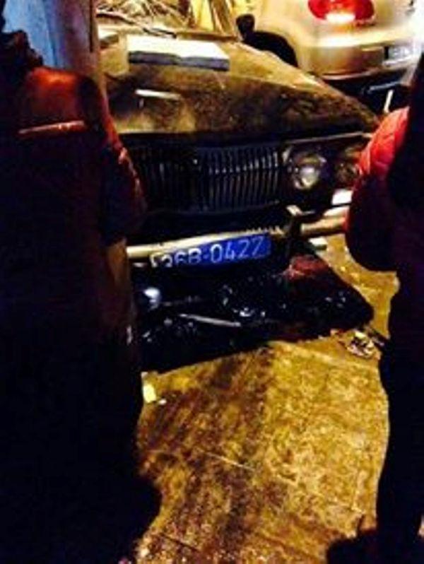Chiếc xe biển xanh gây ra vụ tai nạn liên hoàn. (Ảnh: facebook Nguyễn Như T.)