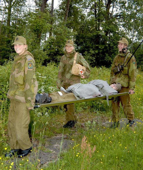 Các nữ binh sĩ cùng đồng nghiệp tham gia một buổi huấn luyện kỹ năng cứu thương.