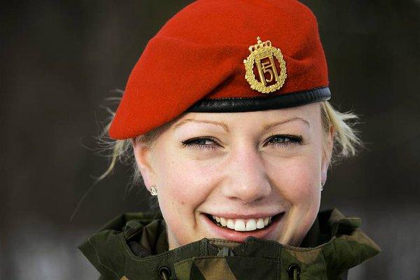 Nữ quân nhân của quân đội Na Uy rạng ngời với chiếc mũ đỏ.