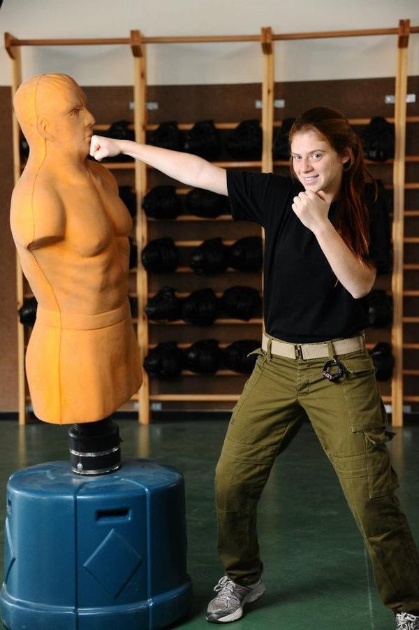 Một nữ binh sĩ Israel biểu diễn sức mạnh cơ bắp.