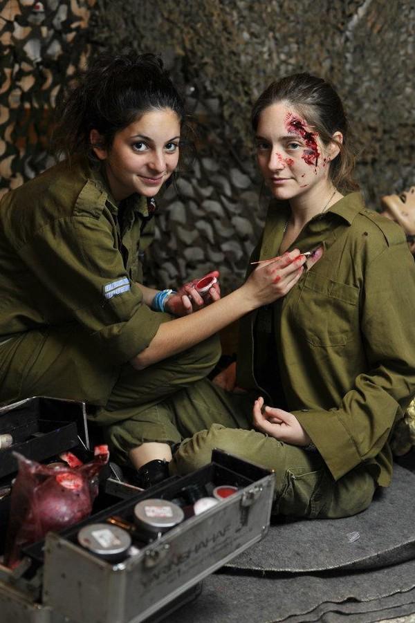 Các người đẹp của lực lượng quân y trong một giờ thực hành cứu thương.