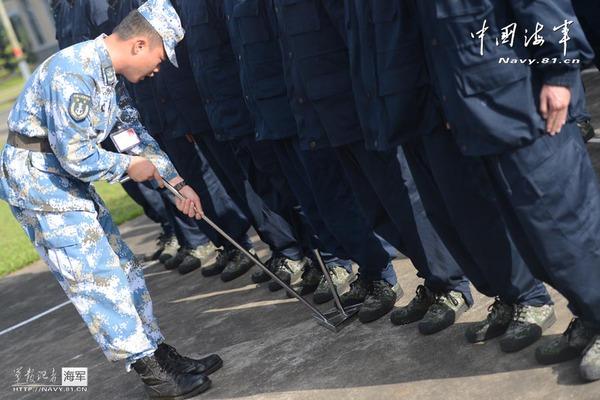 Viên sĩ quan chỉ huy ke chân cho 30 tân binh rèn tư thế đứng nghiêm