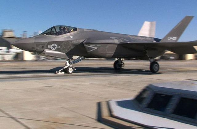 Biến thể F-35C được thiết kế hoạt động trên tàu sân bay truyền thống với cánh có thể gấp lại, diện tích các cánh điều khiển lớn hơn nhằm giúp điều khiển dễ dàng ở tốc độ thấp, và hệ thống hạ cánh chắc chắn hơn để chịu tải trọng khi hạ cánh. Trong ảnh là mẫu F-35C thử nghiệm cất cánh bằng máy phóng trên mặt đất.