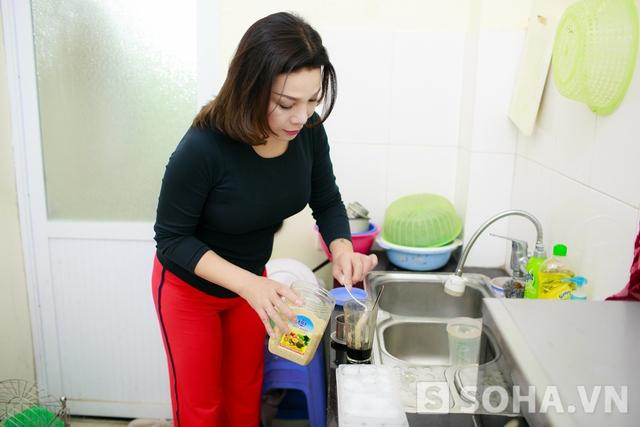 Lê Duy tự pha cho mình một cốc cafe đặc để duy trì sự tỉnh táo cho một ngày làm việc.