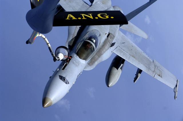 Một chiếc F/A-18 Hornet trên tàu sân bay USS Kitty Hawk (CV 63) được tiếp nhiên liệu từ máy bay KC-135R Stratotanker trên Thái Bình Dương