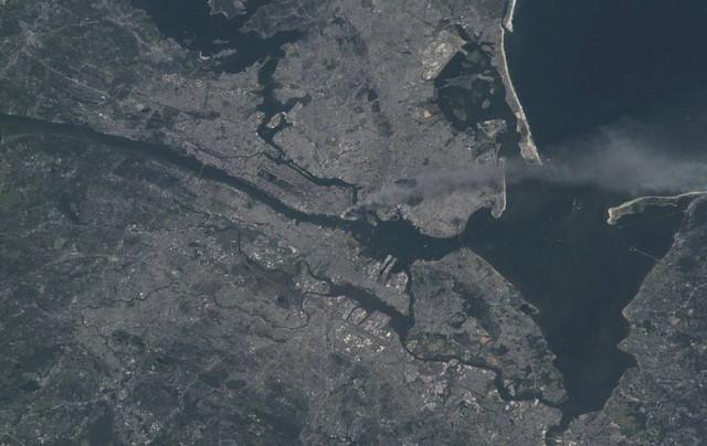 Một trong hàng loạt bức ảnh chụp khu Trung tâm thành phố New York bởi phi hành đoànExpedition 3 từ ISS, trong ảnh là cột khói khổng lồ từ khu Manhattan. Ảnh: NASA.