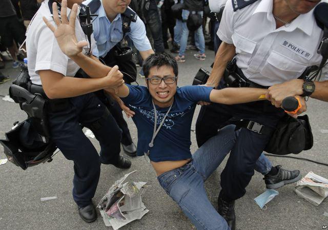 Cảnh sát bắt giữ một người biểu tình bên ngoài tòa nhà thị chính ở Hong Kong.