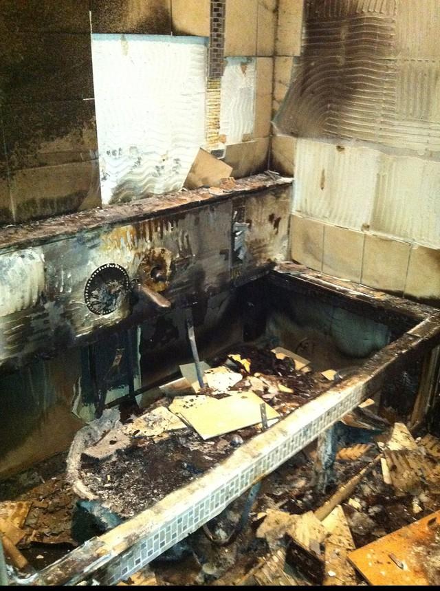 Nhà Mario Balotelli ở Cheshire bị hư hỏng nặng bởi pháo hoa trong tháng 10 năm 2011 - ngọn lửa mạnh đến nỗi nó làm tan chảy tắm (ở trên)