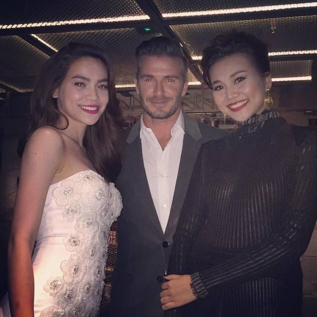 Tại Sài Gòn, Beckham cũng khiến các mỹ nhân việt phát cuồng vì vẻ hào hoa, thân thiện. Hồ Ngọc Hà và Thanh Hằng vui vẻ khoe hình chụp chung với cựu danh thủ.