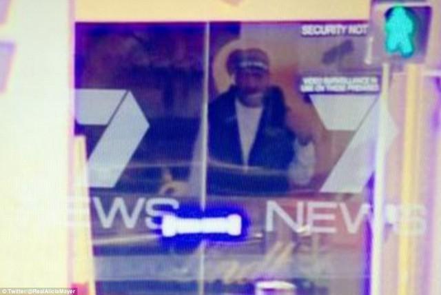 Hình ảnh chụp từ camera, được cho là nghi phạm bên trong quán cafe.