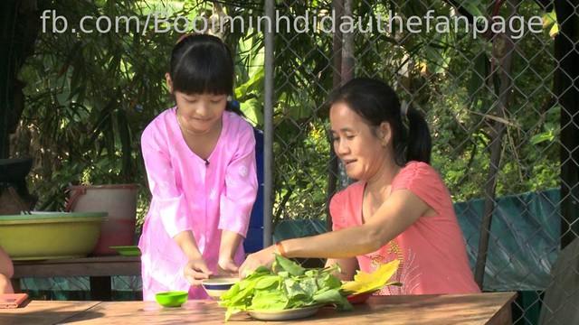 Con gái Phan Anh nhiệt tình phục vụ khách mua bánh xèo.