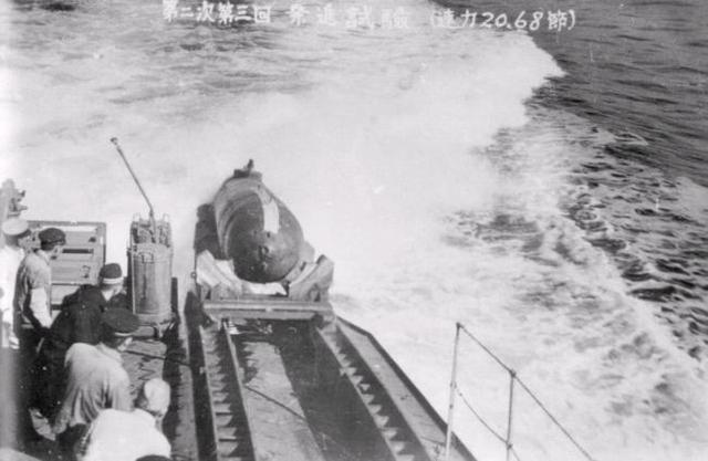 Kaiten được thả xuống biển từ tàu mẹ
