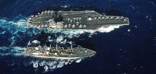 Tàu tiếp dần USNS Pescos di chuyển bên cạnh tàu sân bay USS Ronald Reagan (CVN 76) lớp Nimitz để thực hiện đợt tiếp dầu trên biển theo lịch trình