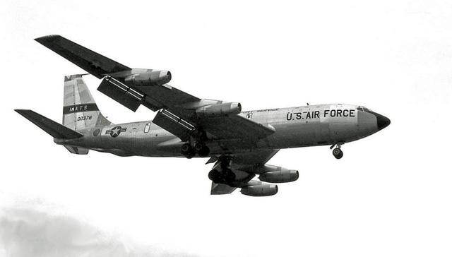 Boeing C-135 Stratolifter là loại máy bay vận tải quân sự chiến lược được phát triển từ mẫu thử máy bay chở khách phản lực Boeing 367-80 từ đầu thập niên 1950 (đây cũng là khung cơ sở cho loại B-707). C-135 thực hiện chuyến bay đầu tiên vào ngày 17/8/1956, có tất cả 803 chiếc đã được sản xuất trong giai đoạn 1954-1965.