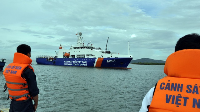 Tàu rời cảng lên đường làm nhiệm vụ.
